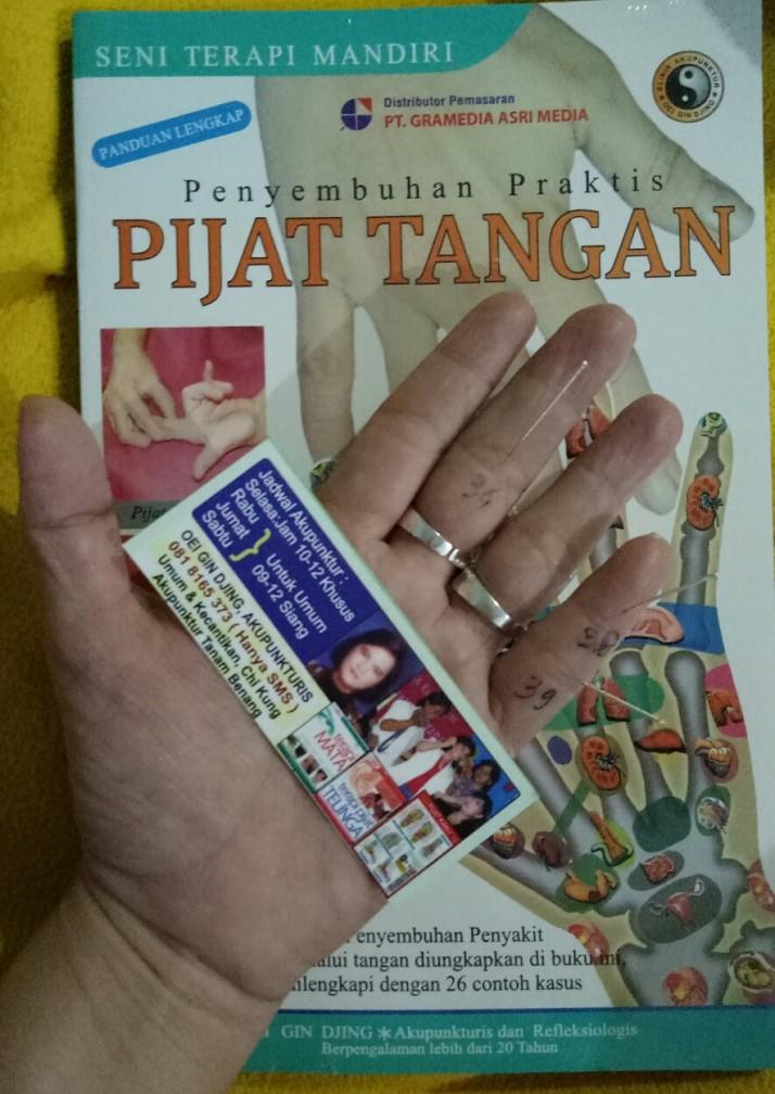 Buku Panduan Lengkap Pijat Tangan karya Oei Gin Djing, Akupunkturis